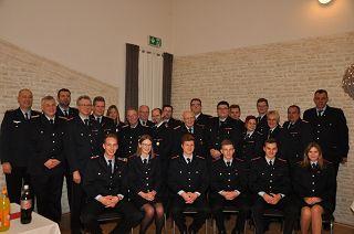 Ein Bild, das Person, Gruppe, darstellend, Militäruniform enthält.  Automatisch generierte Beschreibung